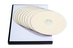 Caso en blanco DVD/CD y disco en el fondo blanco Imágenes de archivo libres de regalías