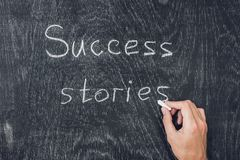 Casos de éxito escritos en la pizarra usando tiza imagenes de archivo