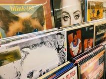 Casos del disco de vinilo de las bandas famosas de la música para la venta en Music Store imágenes de archivo libres de regalías