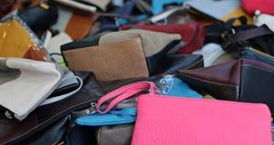 Casos y bolsos de cuero de diversos tamaños en venta en el mercado Fotos de archivo libres de regalías