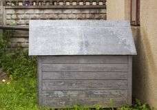Casota de madeira velha no quintal imagem de stock royalty free