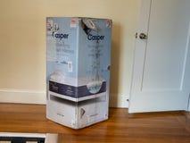 Casper stwarza ognisko domowe materac dostawy pudełko wśrodku domu obok drzwi Wietrzejący i uszkadzający od wysyłki i zafrachtowa obraz stock