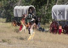 CASPER, WY__CIRCA -го ИЮЛЬ2015__Soldiers и reenactment индейцев в Casper, Wy около июль 2015 Стоковая Фотография