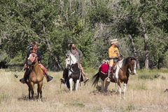CASPER, WY__CIRCA -го ИЮЛЬ2015__Soldiers и reenactment индейцев в Casper, Wy около июль 2015 Стоковые Фото