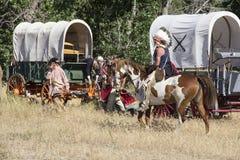 CASPER, WY__CIRCA -го ИЮЛЬ2015__Soldiers и reenactment индейцев в Casper, Wy около июль 2015 Стоковые Фотографии RF