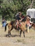 CASPER, WY__CIRCA JULIO 2015__Soldiers y reconstrucción de los indios en Casper, Wy circa julio de 2015 imágenes de archivo libres de regalías