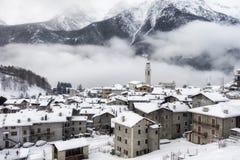 Caspoggio nell'inverno, piccolo paese della montagna sul unde italiano delle alpi Fotografie Stock