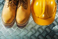Casque antichoc de bottes protectrices sur le feuillard cannelé photographie stock