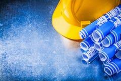 Casque antichoc de modèles de bleu sur l'escroquerie métallique de construction de fond Images stock