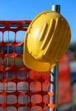 Casque antichoc sur le site de construction de routes et un filet de sécurité Images libres de droits