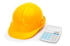 Casque de construction avec la calculatrice sur le blanc photographie stock libre de droits