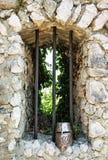 Casque de fer sur les ruines de château Photographie stock libre de droits