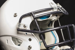 Casque de football blanc sur le fond noir photographie stock libre de droits