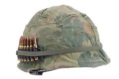 Casque de l'armée américaine avec la couverture de camouflage et la ceinture de munitions - période de guerre de Vietnam Images stock