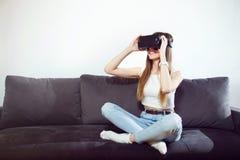 Casque de l'utilisation VR de fille Images libres de droits