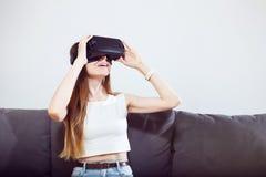 Casque de l'utilisation VR de fille Photo stock