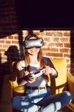 Casque de l'utilisation VR de fille Images stock