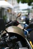 Casque de moto placé sur la motocyclette Photo stock