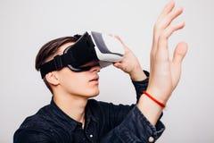 Casque de port de la réalité virtuelle VR d'homme pour la boîte Photos stock