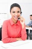 Casque de port de microphone de femme d'affaires asiatique dans le bureau Images stock