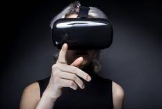 Casque de port de réalité virtuelle de femme Photographie stock