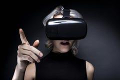 Casque de port de réalité virtuelle de femme Photos libres de droits