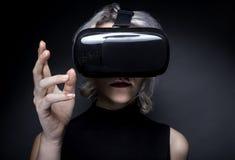 Casque de port de réalité virtuelle de femme Photo stock