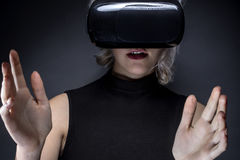 Casque de port de réalité virtuelle de femme Images libres de droits