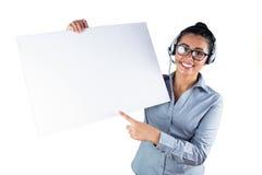Casque de port de sourire et tenir de femme d'affaires la feuille blanche photographie stock