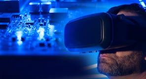 Casque de réalité virtuelle, fond électronique Image libre de droits