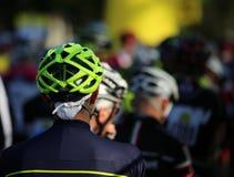 Casque de sécurité de cycliste pendant le début de la course Photo stock