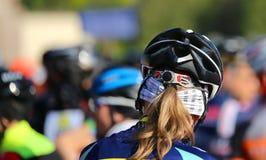 Casque de sécurité de cycliste pendant le début de la course de recyclage Photo libre de droits