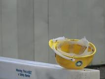 Casque de sécurité jaune Photos libres de droits