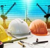 Casque de sécurité sur l'architecte, table de fonctionnement d'ingénieur avec b moderne Images stock