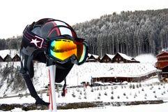 Casque de ski sur des bâtons dans une forêt Images libres de droits