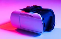 Casque de téléphone portable de lunettes de réalité virtuelle de VR sur le backgro coloré Photo stock
