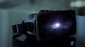 Casque de Vr avec l'animation virtuelle de l'espace