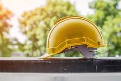 Casque en plastique jaune pour la sécurité de travailleurs Images libres de droits