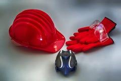 Casque et d'autres de sécurité outils utiles pour la protection personnelle sur une surface texturisée grise Photos libres de droits