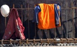 Casque et jupe d'ouvriers image libre de droits