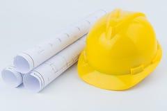 Casque et papier de sécurité jaunes Photo stock