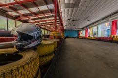 casque et pneus à la voie de kart image stock