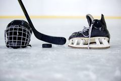 Casque, galet, bâton et patin d'hockey sur l'hockey image stock