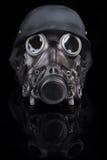 Casque militaire avec les lunettes et le masque de gaz Images stock