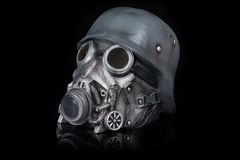 Casque militaire avec les lunettes et le masque de gaz Photo stock