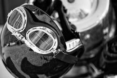 Casque noir et blanc de moto de vintage placé sur une motocyclette Image stock