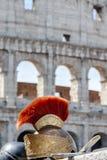 Casque romain devant Colosseum en Italie Photo libre de droits