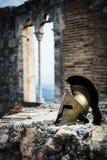 Casque spartiate sur des ruines de château Photos libres de droits