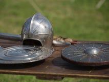 Casques, boucliers et armures et armes métalliques médiévales, dehors sur le Tableau en bois Image stock