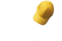 Casquette de baseball jaune d'isolement sur le fond blanc Moquerie haute et espace de copie Jeunes adultes Image libre de droits